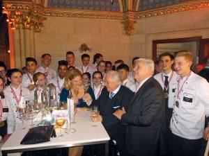 """Top-Lehrlinge 2014 Fulminante Feier im Wiener Rathaus: Die """"Top-Lehrlinge 2014"""" mit Amuse-Bouche-Initiatorin Piroska Payer, Eckart Witzigmann und Werner Matt"""