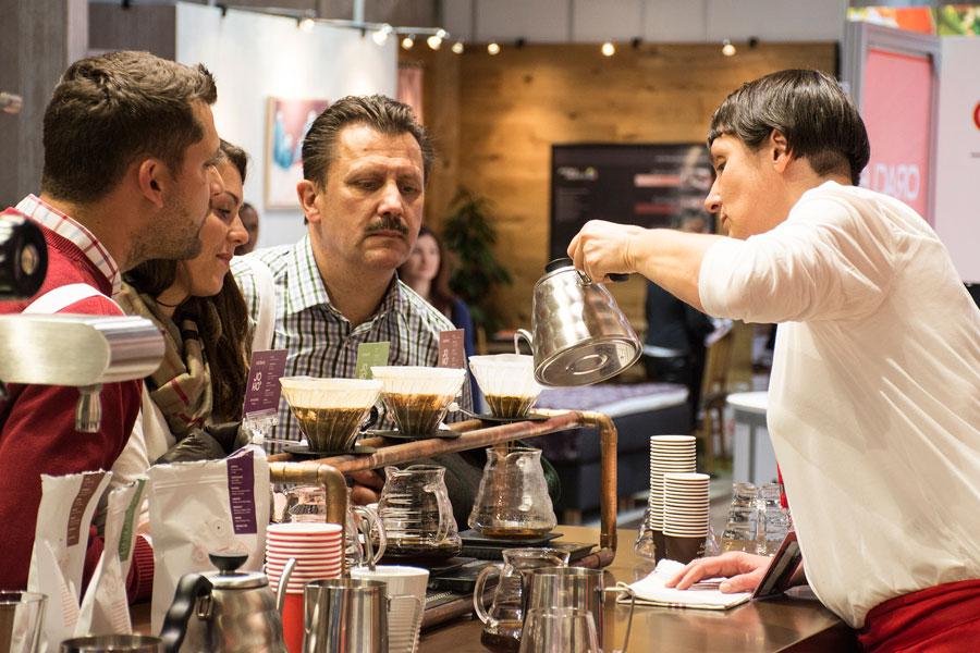 Neue Kaffee-Kultur Hornig Gast Messe Barbara Bauer bei der JOHOs Zubereitung