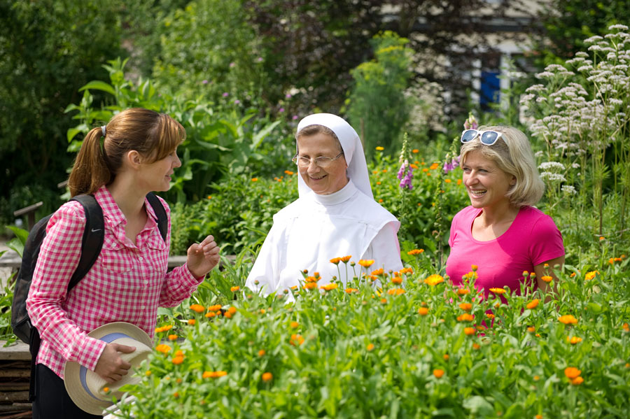Gärten im Klösterreich besuchen Marienschwestern Kraeutergarten Bad Muehllacken