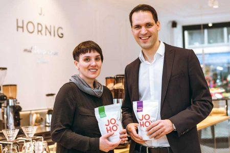 Direkt gehandelter Kaffee in neuer J. Hornig Kaffeebar Die J. Hornig Kaffeebar (Bild: Kaffeebar-Chefin Barbara Bauer und Geschäftsführer Johannes Hornig) lockt mit eigener Rösterei und direkt gehandelten Produkten.