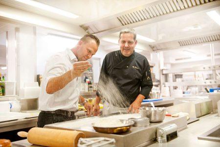 """Kreatives teigiges Backen Haubis Kothmühle Haubis-Kundenmanager Robert Plank und """"Kothmühle""""-Küchenchef Wolfgang Draxler liefern einander kulinarische Inspirationen in der Küche."""