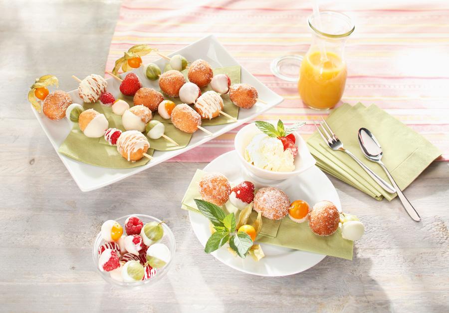 sommerliche desserts biskuitw rfel fruchtige kuchen gastro portal. Black Bedroom Furniture Sets. Home Design Ideas
