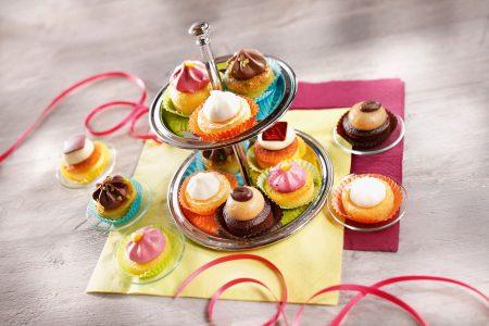 Die süßen Mini Cup Cakes in fünf Sorten sind, auf einer Etagere angerichtet, die optische Krönung.