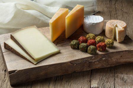 Die Genossenschaft der Weizer Schafbauern mit ihren rund 300 Betrieben pflegt die kleinstruktierte Landschaft der Region und stellt feinste Käsesorten her.