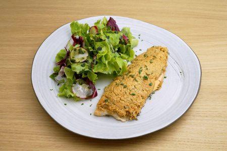 Die Kruste aus Mandelmehl, Parmesan und Kräutern macht das Forellenfilet zu einem echten Gustostückerl.