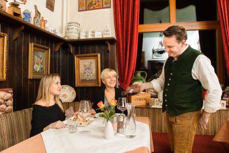 Beim Hönigwirt in Kirchschlag wird mit Sauschädlessen und einem Gala-Menü ins neue Jahr gerutscht.