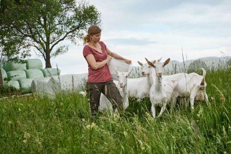 Antonia Krenn und ihr Partner Michael Mandl von Mandl's Ziegenhof in Lichtenegg setzen auf eine ganz besonders fürsorgliche Tierhaltung.
