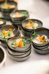 Renommierte Gastköche überraschen die Gäste dabei mit kulinarischen Glanzleistungen.