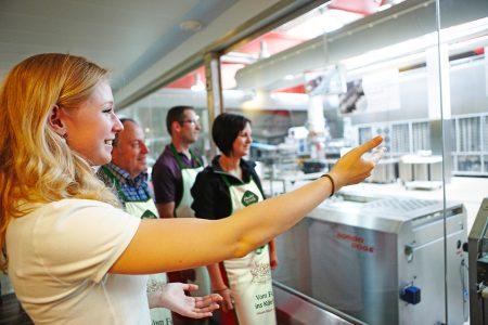 Bei einem geführten Rundgang lernen die Besucher das Bäckerhandwerk hautnah kennen.
