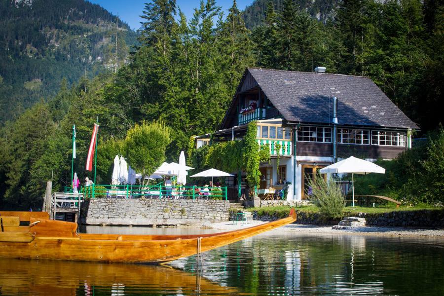 In idyllischer Lage, direkt am Ufer des Altausseer Sees, erwartet die Gastronomenfamilie Beuchel im Strandcafé ihre Gäste.