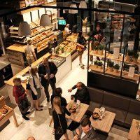 Begeistertes Publkum bei der Eröffnung: Der Duft von ofenfrischem Brot und Gebäck, gepaart mit Kaffeehaus-Atmosphäre gefällt den Gästen