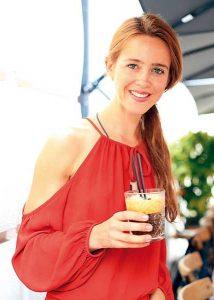 Daniela Vogt (Bild rechts) zeigte sich von Leo's Espresso Martini begeistert