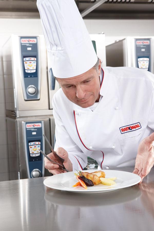 Multifunktionale Gargeräte Gastronomie Koch beim Anrichten