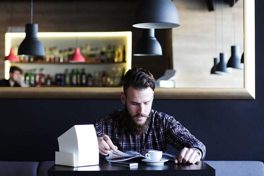Handy Ladestation im Lokal WEB CharLi. Ob im Café oder an der Bar – der CharLi Charger ist überall einsatzbereitund kann bis zu sechs Geräte gleichzeitig aufladen. Zudem ist er auch als Speisekarten- oder Serviettenhalter verwendbar.