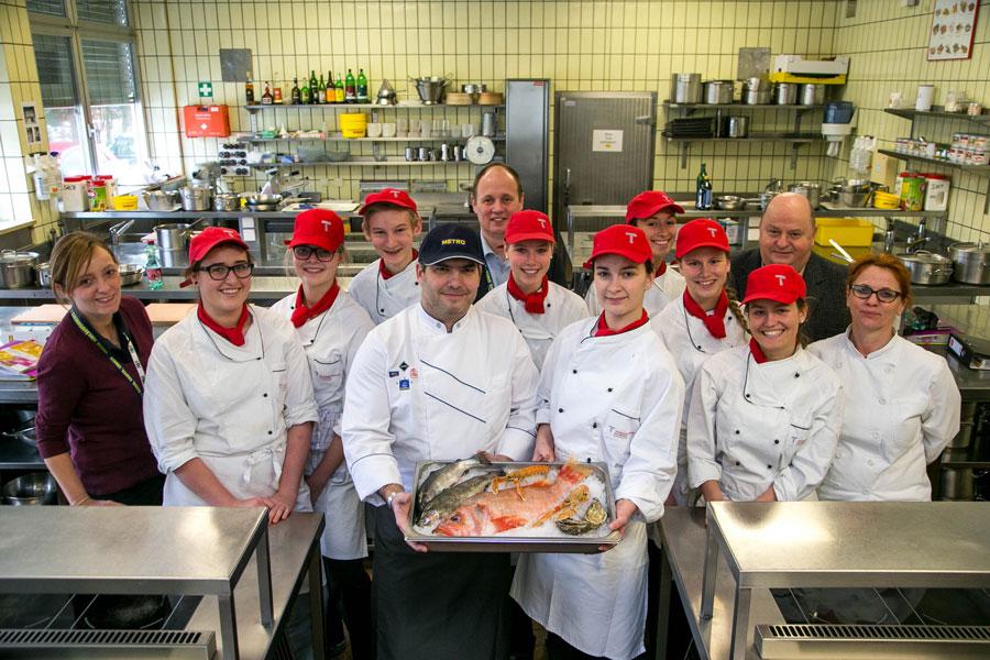 Tourismusschüler lernen von den Profis Gruppenfoto Teilnehmer Fischworkshop