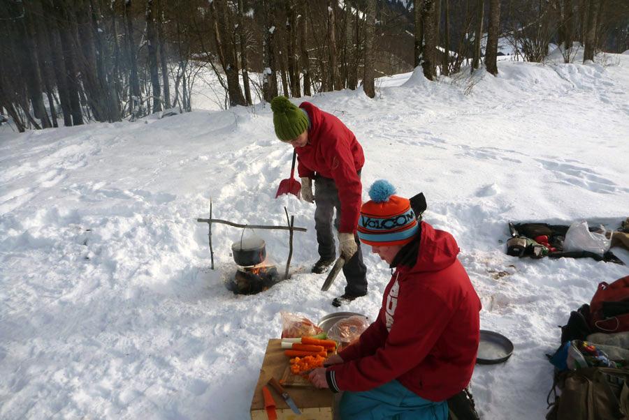 Schneeschuhwandern in Vorarlberg Iglu bauen Zubereitung Abendessen