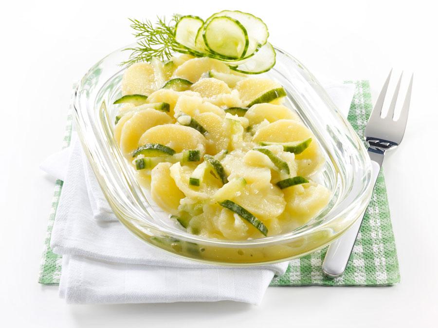Kröswang bietet eine große Auswahl an raffinierten Feinkostsalaten, wie den Kartoffel-Gurken-Salat