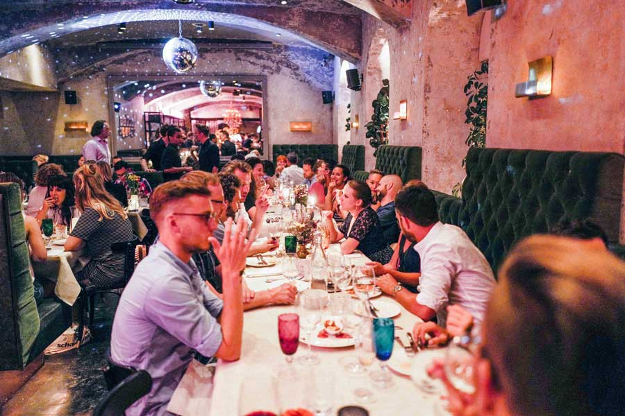 Jungwinzer präsentieren ihre Weine Motto Winzerfest Stimmungsfoto