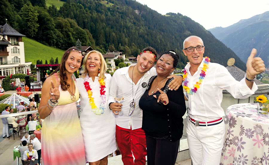 Flower Power im Stock Resort im Zillertal CHRISTINA, BARBARA, DANIEL UND JOSEF STOCK (V.L.N.R.) MIT LIZ MITCHELL, THE VOICE OF BONEY M.