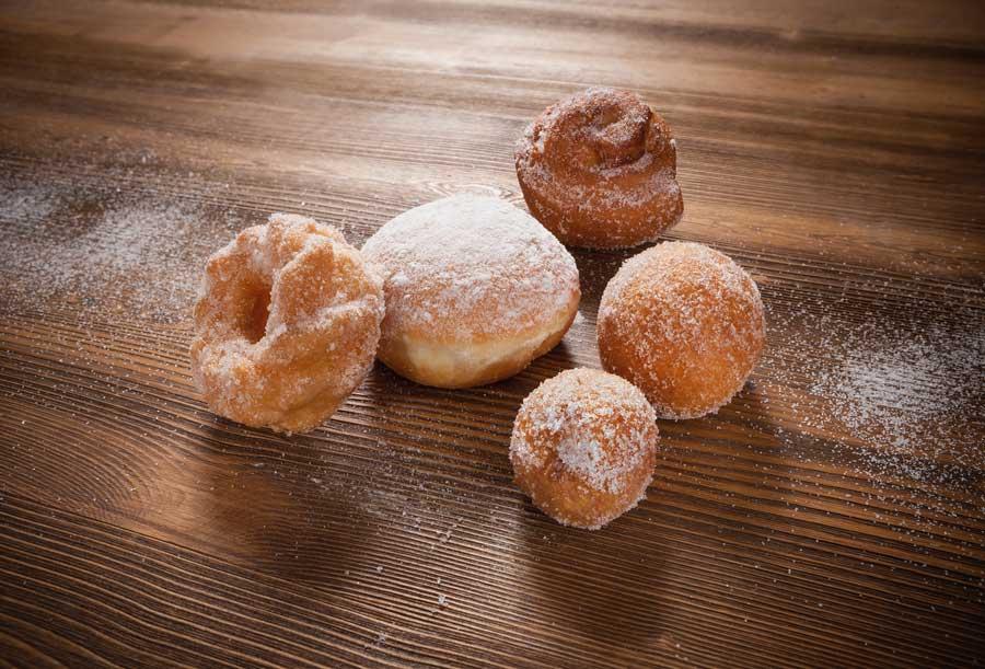Süße Versuchungen von EDNA: Mini-Fettgebäck in Form feinster Krapfen, Buttermilchbällchen oder Spritzringen