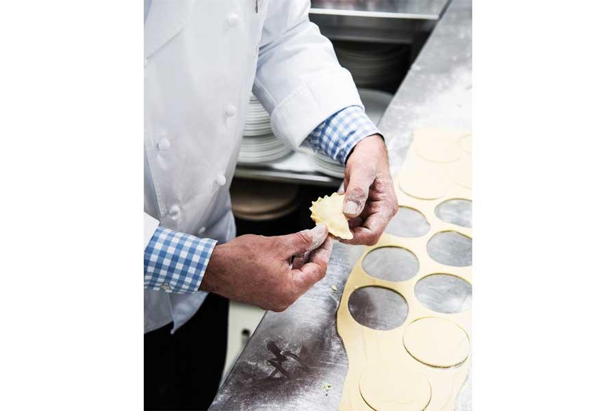 Bärlauch-Tascherl mit Wachtelei Rezept Cuisino Marcel Vanic, Küchenchef im Cuisino Velden, hat dieses Rezept für delikate Bärlauch-Tascherl kreiert.