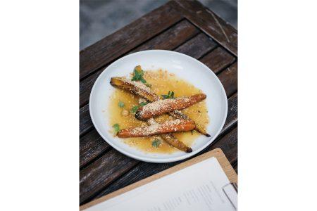 """Schanigarten am Spittelberg Wien TIAN Bistro """"Sharing Chef's Garden"""" bietet Menüs aus fünf kreativen Gängen ab zwei Personen."""