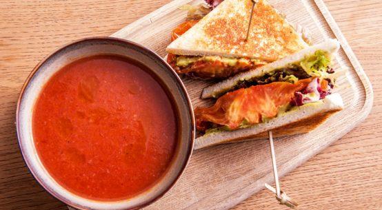 Mittagspause mit Suppe und Sandwich Tian Bistro