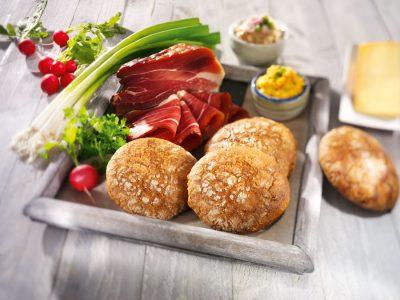Vinschgerl eignen sich ideal als rustikale Sandwiches. Bei der Füllung sind findigen Gastronomen keine Grenzen gesetzt.