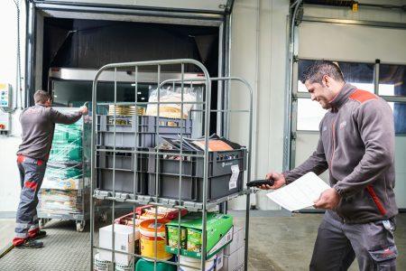 Fisch, Fleisch, Obst und Gemüse werden an den Standorten per Lkw angeliefert und auf Qualität, Frische, Ablaufdatum und Optik kontrolliert.