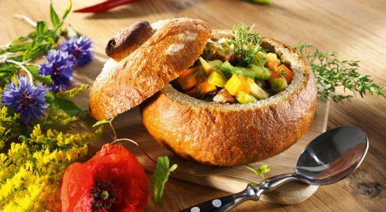 Der Weckmann aus köstlichem Hefeteig ist mit seinen Rosinenaugen ein entzückender Blickfang und ein ideales Präsent, um Gästen den Abschied zu versüßen.