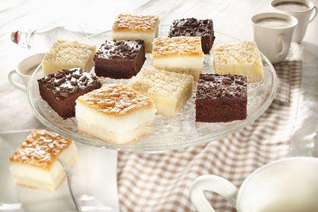 Süß und praktisch ist die Blechkuchen-Mischbox: drei feine Sorten, in 24 Portionen geteilt.
