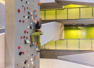 Kletterwand in der Hotellobby Lifestyle-Hotel Nassfeld