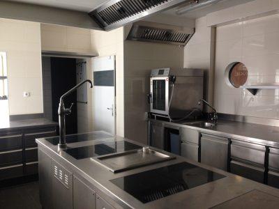 Die Küche bietet eine komplette Ausstattung in hochwertiger Ausführung. Gastro-Lokal in Wien-Döbling zu mieten