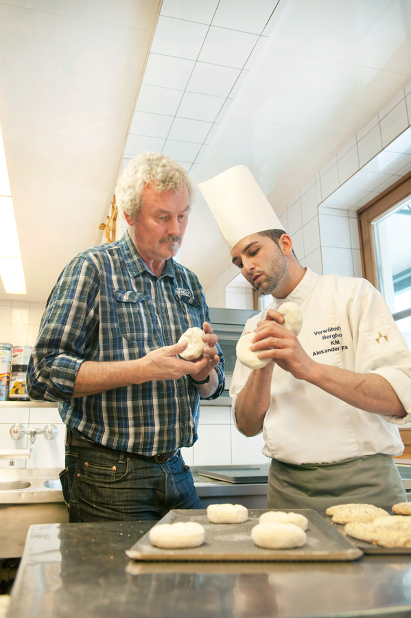 Berghof-Küchenchef Alexander Forbes jun. mit Haubis-Kundenmanager Christian Schneider beim Fachsimpeln