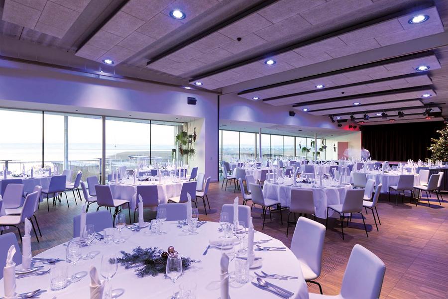"""Interieur und Sitzkomfort: Wandelbares Ambiente: Das Restaurant """"Das Fritz"""" im burgenländischen Weiden bietet einen Veranstaltungssaal für größere Feierlichkeiten mit prachtvollem Ausblick auf den Neusiedlersee."""