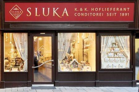 Das liebevoll gestaltete Schaufenster der Conditorei Sluka auf der Kärntner Straße im ersten Bezirk stimmt mit den verzierten Lebkuchenhäusern auf die Weihnachtszeit ein
