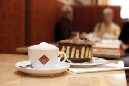 """die berühmte """"Sluka-Torte"""" wird nach wie vor nach dem Originalrezept hergestellt und besteht aus zwei Arten Biskuit, dunkler Schokolade, Orangen und etwas Cointreau"""