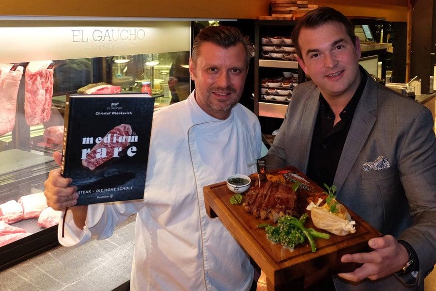 Gourmand Cookbook Awards 2020 el Gaucho-Küchendirektor Christof Widakovich mit seinem Schwager Michael Grossauer freuen sich über die Auszeichnung