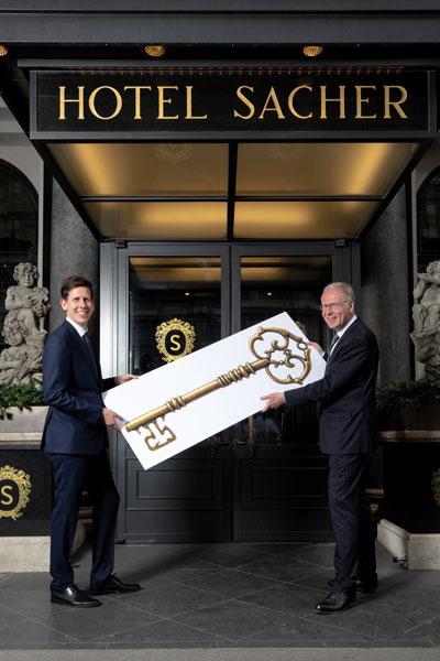 Reiner Heilmann (r.) übergibt symbolischen Hotelschlüssel an Nachfolger Andreas Keese