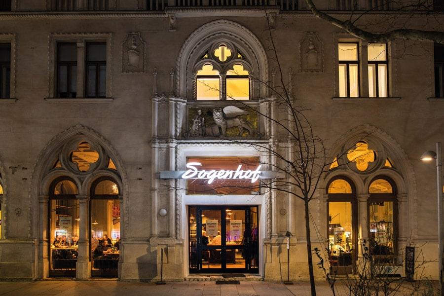 """Der Dogenhof wurde Ende des 19. Jahrhunderts im Stile eines venezianischen Palastes in Anlehnung an den Vergnügungspark """"Venedig in Wien"""" im Prater errichtet. Im linken Teil des Erdgeschoßlokals befand sich rund 100 Jahre lang ein bekanntes Kaffeehaus"""