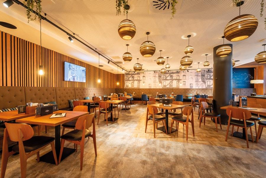 Smarte Gastronomie im neuen Flagship-Restaurant von XXXLutz durch perfekte Akzentuierung von Ton, Licht und Videotechnik