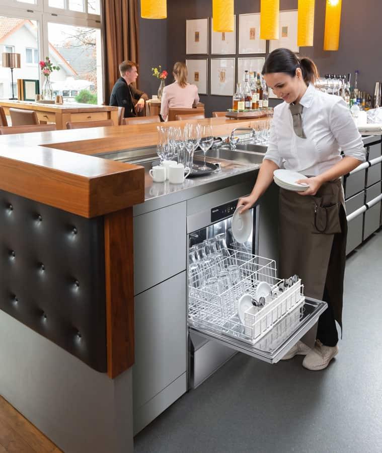 Mit bis zu 66 Körben pro Stunde bewältigen die Tankuntertisch-Spülmaschinen große Mengen.