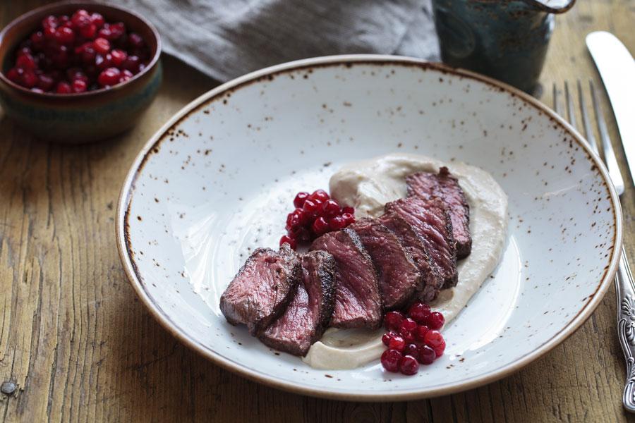 Wildspezialitäten aus Österreich Transgourmet bietet seinen Kunden ganzjährig ein breites und hochwertiges Sortiment an Frisch- und Tiefkühlwildfleisch aus österreichischen Wäldern.