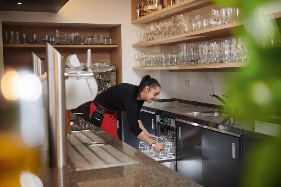 Kostengünstig spülen Winterhalter bietet für alle Spülmaschinenserien (im Bild:  eine Gläserspülmaschine der UC-Serie) verschiedene  Finanzierungsmodelle an