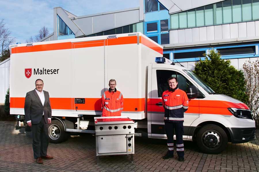 Foto von links:  Martin Ubl (MKN Prokurist und Vice President Sales & Marketing) Sven Kluwe (Malteser Hilfsdienst e.V.) Niklas Kühlborn (Malteser Hilfsdienst e.V.)