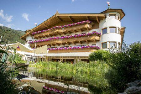 Österreichs hundefreundlichstes Hotel Bietet u.a. spezielle Hundemassagen an: Hotel Magdalena im Zillertal