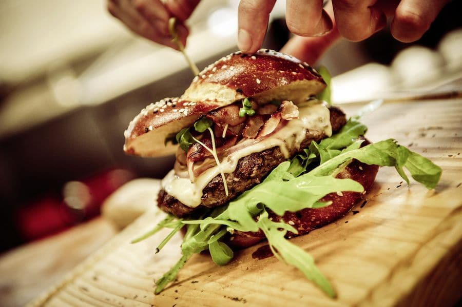 """Köstlich und kreativ: der Cheeseburger """"München trifft Miami"""", eine Interpretation des feinen Haubis-Laugenbriocheknopfes aus dem """"Alten Presshaus"""" in Petzenkirchen"""