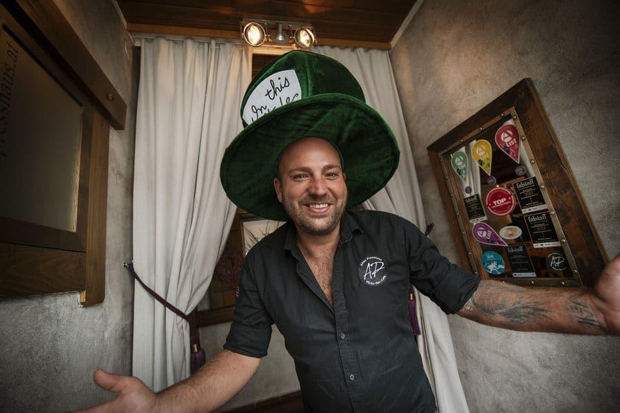 """Herbert """"Heabse"""" Mayrhofer, Chef im """"Alten Presshaus"""" in Petzenkirchen, zeigt sich von den Haubis-Produkten begeistert."""