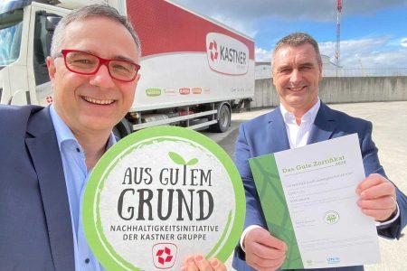 Christof Kastner (l.) und Herwig Gruber freuen sich über eine CO2-neutrale LKW-Flotte.