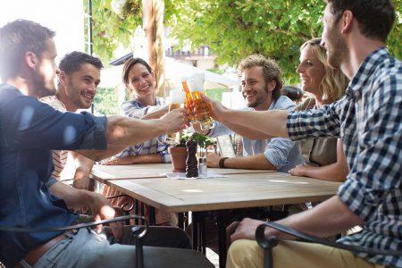 Lockdown ist bald Geschichte Sich mit Freunden endlich wieder auf ein Bier treffen: Am 19. Mai soll es soweit sein.